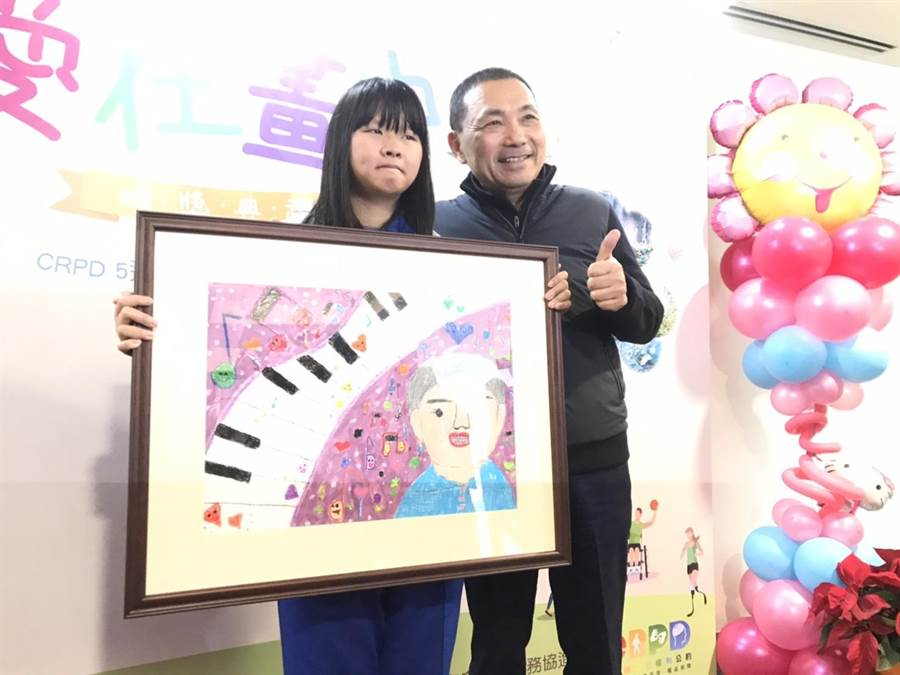 侯友宜今天上午出席第22屆「愛在畫中」身心障礙者巡迴畫展頒獎典禮。(譚宇哲攝)