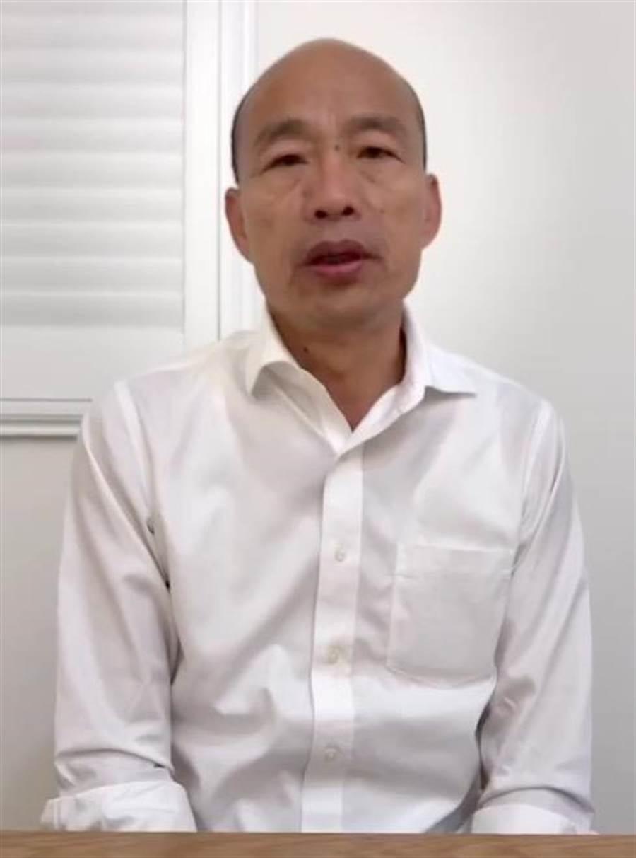 國民黨總統參選人韓國瑜3日中午在臉書貼出一段自拍影片,痛批網路霸凌嚴重打擊台灣民主,呼籲民進黨出來解釋清楚。(擷取自韓國瑜臉書)