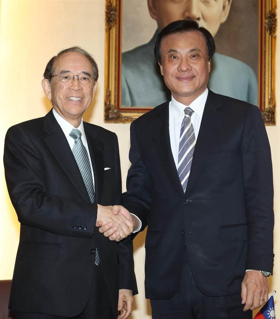 立法院長蘇嘉全(右)3日會見日本台灣交流協會會長大橋光夫(左)。(劉宗龍攝)