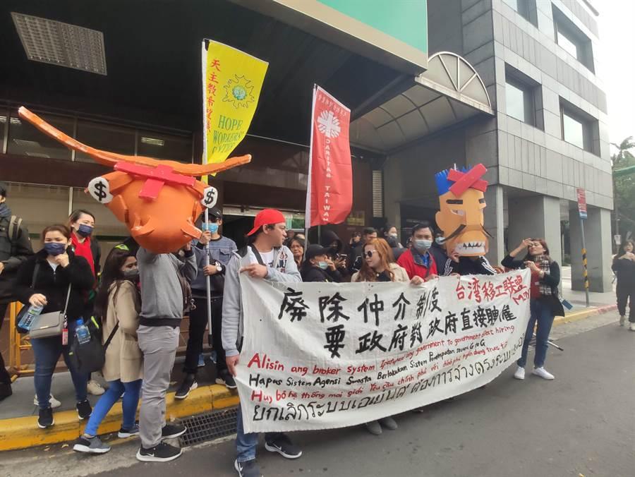 台灣移工聯盟預定在8日舉辦「移工大遊行」,今天舉行行前記者會呼籲,勞動部應廢除私人仲介制度。(林良齊攝)