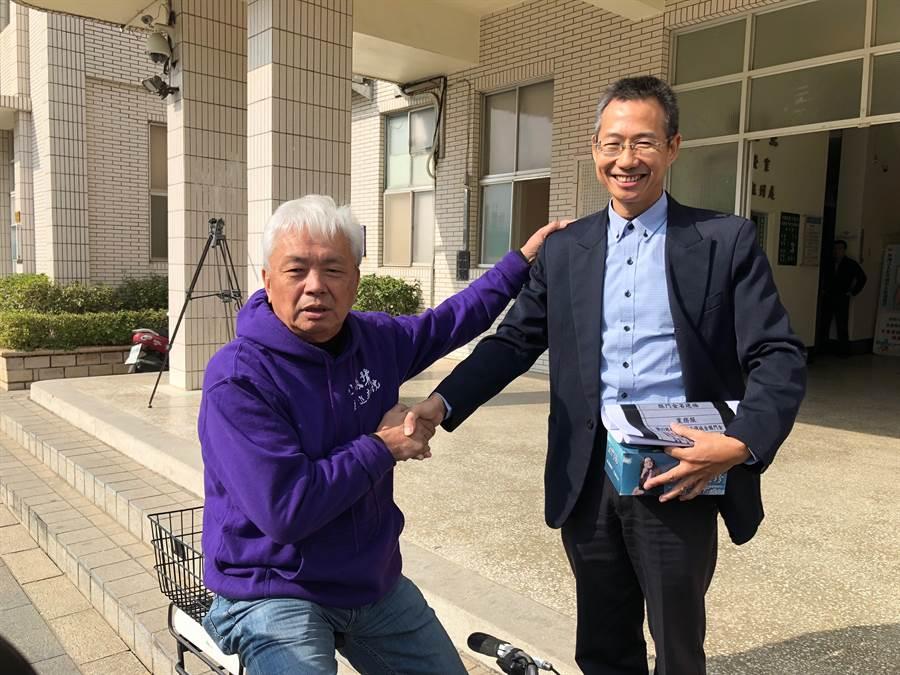 剛好「路過」地檢署的陳滄江,替洪志恒加油打氣。(李金生攝)