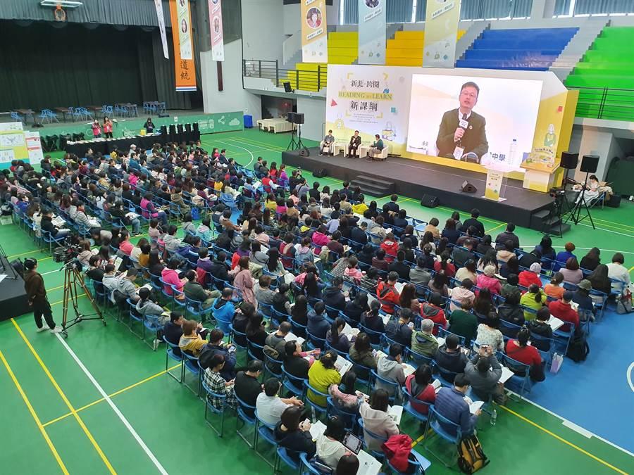 新北市教育局今(3日)上午於板橋中山國中舉辦全國首創「跨領域閱讀實踐課堂」,吸引近500名教師到場參加。(葉書宏攝)