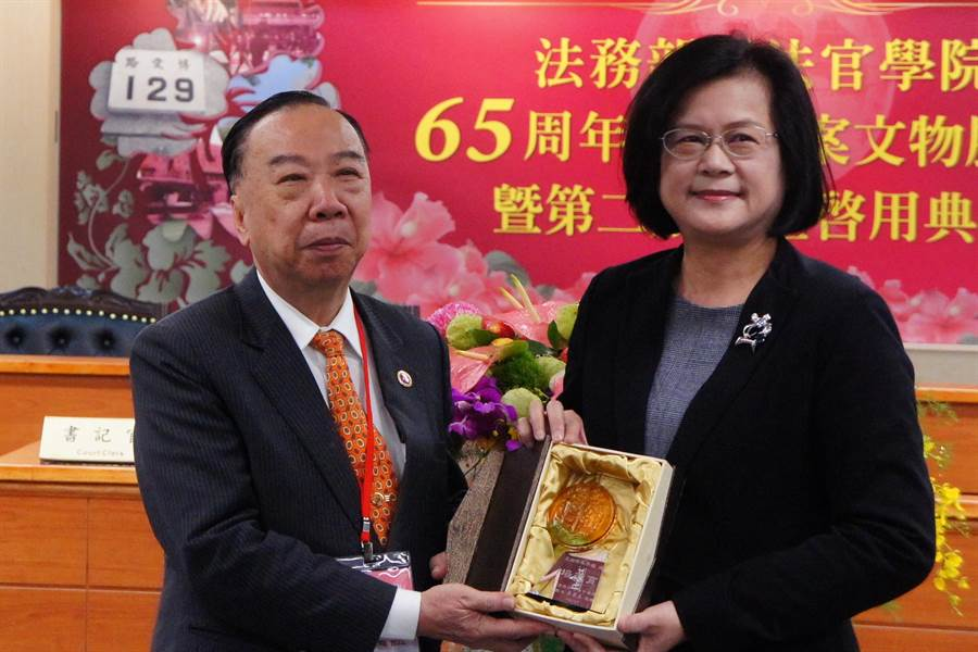 台灣高檢署檢察長王添盛將於4日屆齡退休,特別在最後1天上班日前往觀禮,蔡碧玉特別代表致贈紀念品。(張孝義攝)