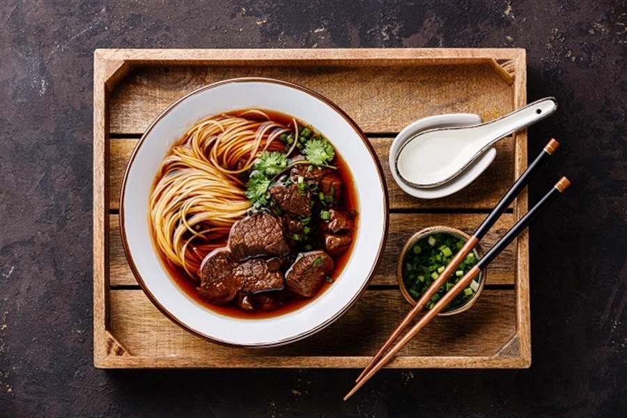 郭台銘表示,竹科的發展讓新竹市成為全台牛肉麵均價最高的城市,這反應出實際的消費能力。 (示意圖/達志影像/shutterstock提供)