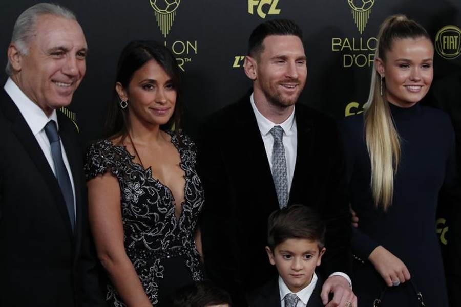 梅西獲選金球獎,領獎時與家人合影。(美聯社)