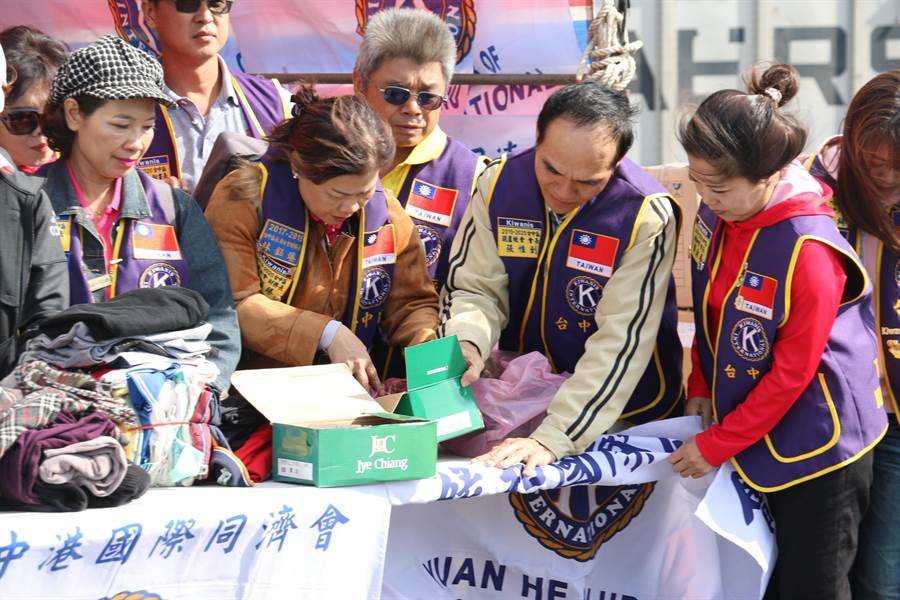 國際同濟會台灣總會台中區會友整理二手物資,以利裝櫃遠渡重洋到菲律賓。(陳淑娥攝)