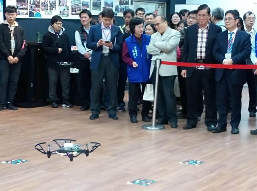 虎科大學生展示無人機隊,同時16架次飛翔,讓雲林縣府團隊開眼界。(許素惠攝)
