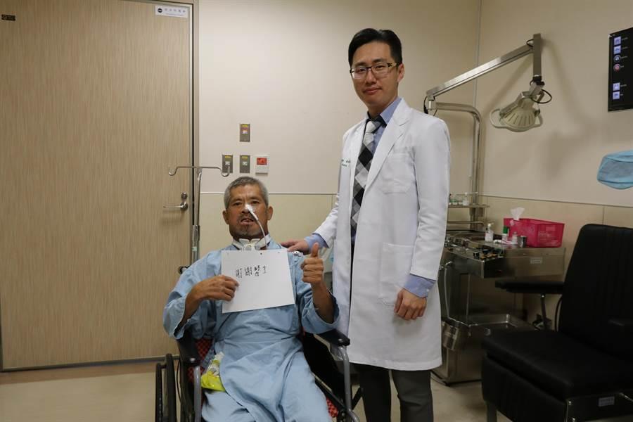 李姓男子經切除舌頭、部分下頷骨後,仍須接受化療與放療,他特別感謝醫療團隊。(林欣儀攝)