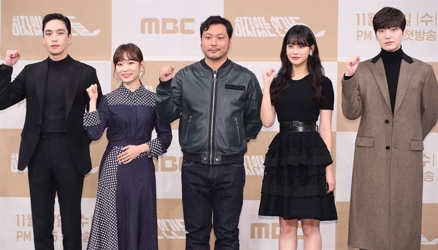 安宰賢與劇組演員上月出席《有瑕疵的人們》記者會。(圖/達志影像)