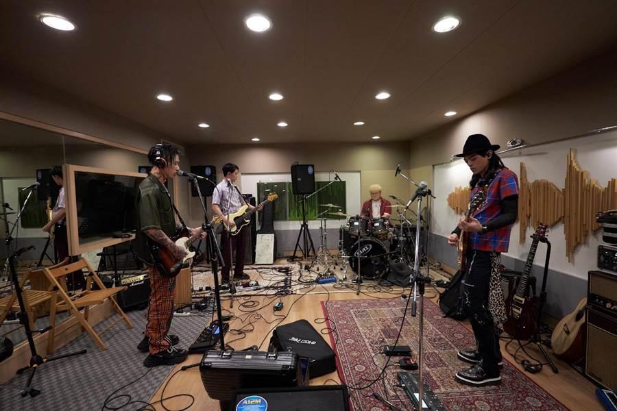 搖滾樂團「TRASH」為了8日《Never Die》新歌演唱會積極練團。(華納提供)