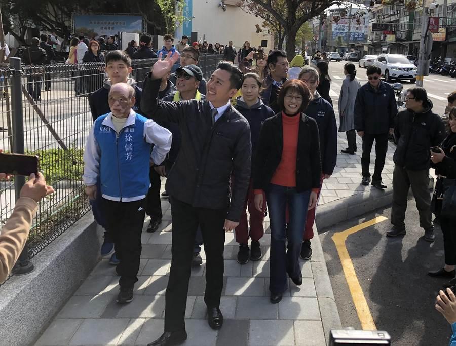 竹市育賢國中創校64年來首座通學步道今正式啟用,市長林智堅(中)與老中青3代校友漫步在步道上,為學校寫下歷史性的一刻。(陳育賢攝)