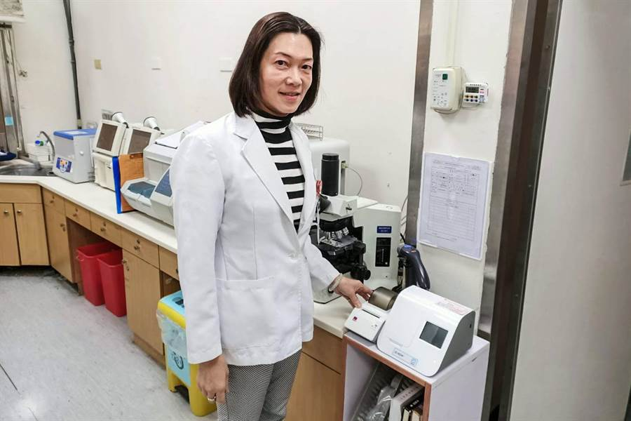 榮總新竹分院病理檢驗科主任楊婉華指快速流感病毒分子檢測,有助醫師在短時間作出即時準確的治療決策。(榮總新竹分院提供/羅浚濱新竹傳真)
