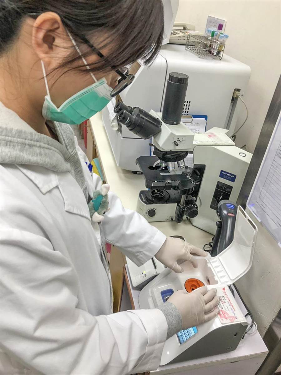 快速流感病毒分子檢測操作簡易,可於15分鐘內完成檢測。(榮總新竹分院提供/羅浚濱新竹傳真)