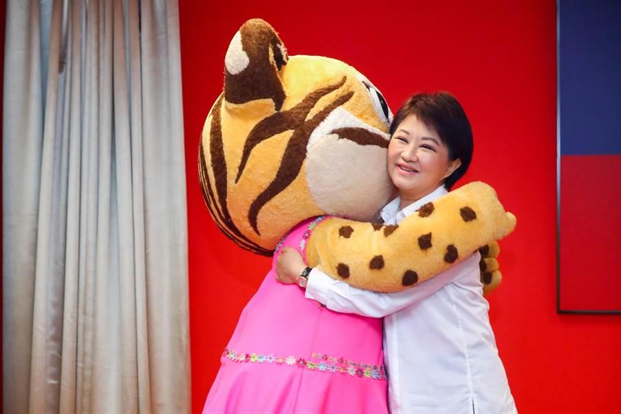 台中市長盧秀燕在市政會議前和「樂虎」擁抱慶生。(盧金足攝)
