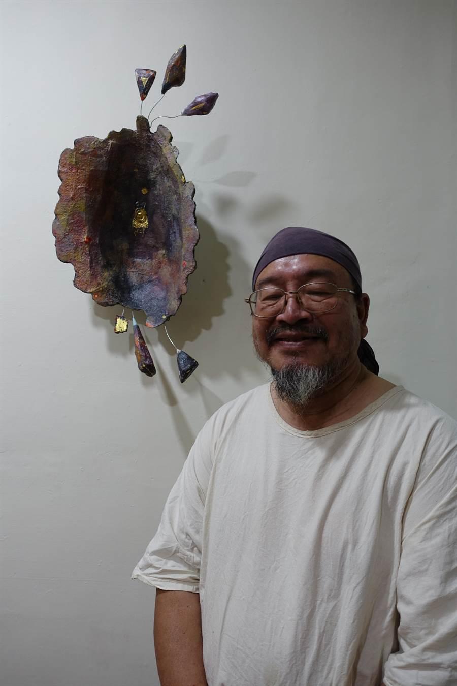 雲林藝術家廖信彥(右二)作品布農族《紅嘴黑鵯》。(許素惠攝)