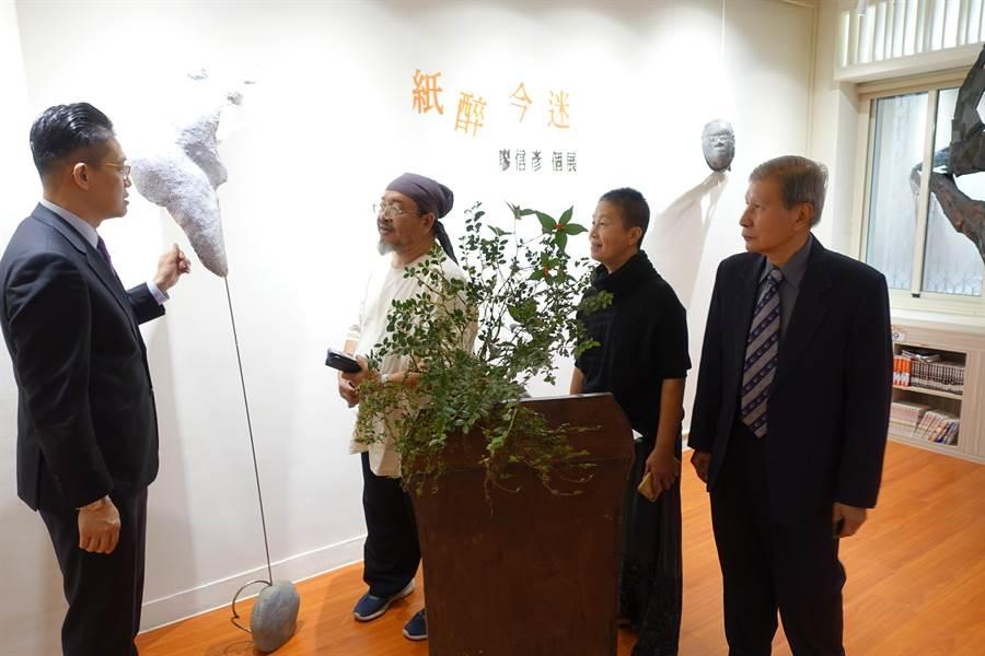 雲林藝術家廖信彥(左二)說明創作理念。(許素惠攝)