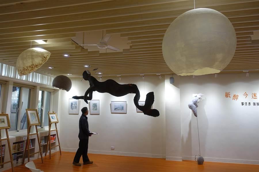 雲林藝術家廖信彥作品令人駐足。(許素惠攝)