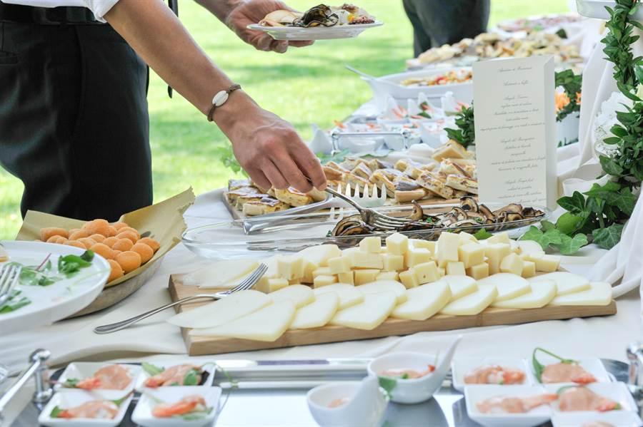 有人認為,婚宴辦吃到飽很難控場,賓客進出會很亂(示意圖/達志影像)
