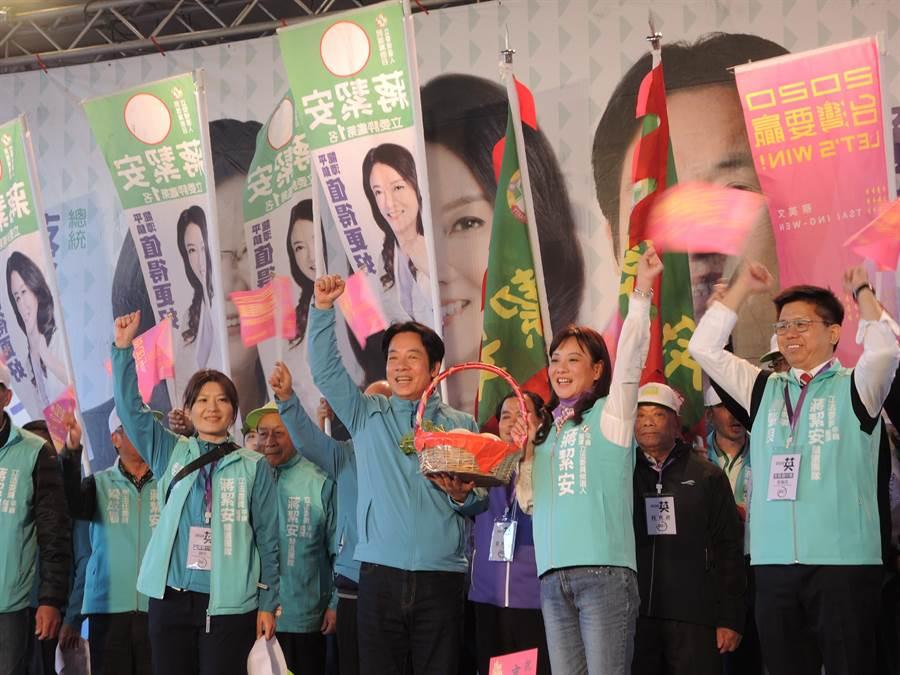 民進黨副總統參選人賴清德(中)到龍潭替立委蔣絜安(右二)站台輔選。(邱立雅攝)