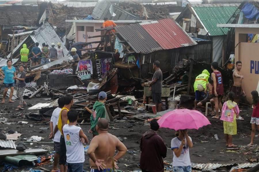 強颱北冕登陸菲律賓馬尼拉東南方索索貢省古巴特鎮,造成一死,中部約34萬居民撤離。(路透)