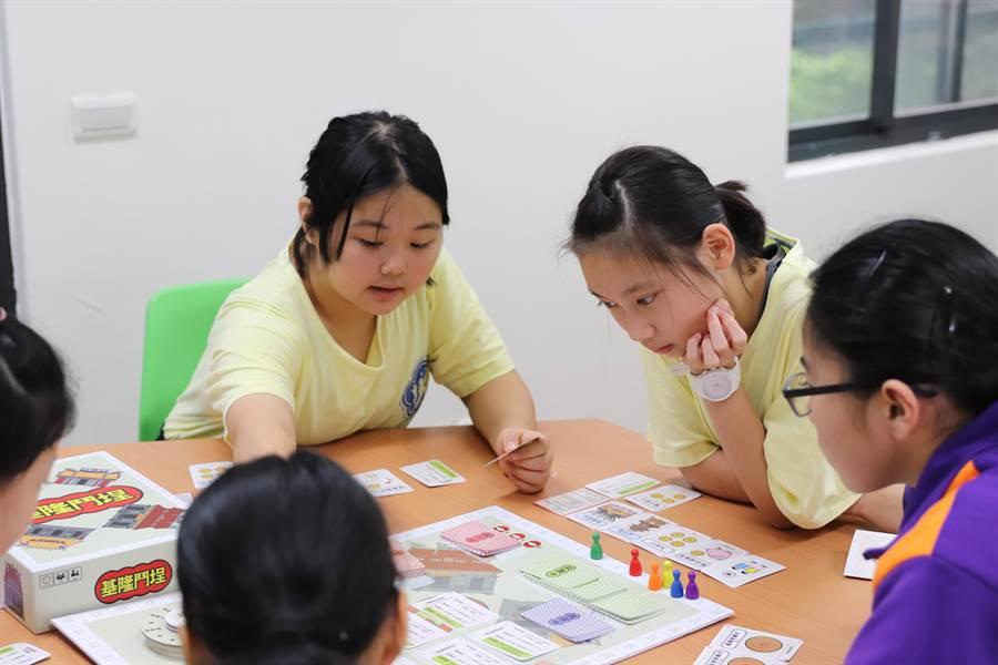 「基隆鬥埕」桌遊結合卡牌,讓學子了解雞籠中元祭文化。(基市文化局提供/許家寧基隆傳真)