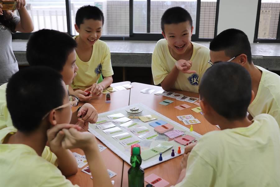 基隆鬥埕桌遊讓玩家扮演早期移民,探索基隆人文故事。(基市文化局提供/許家寧基隆傳真)