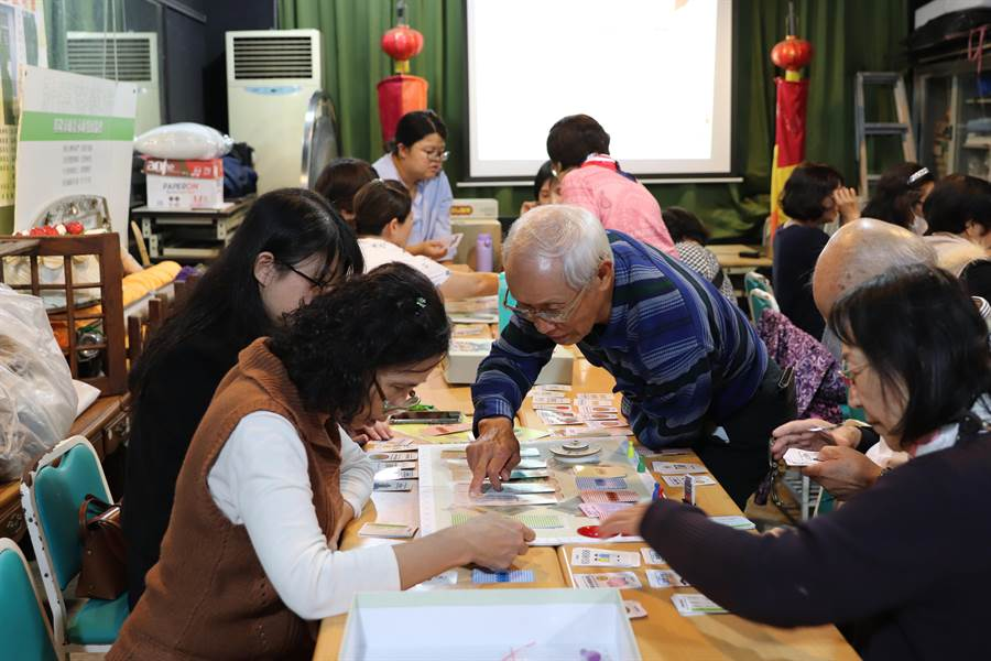 文化局7日推出第二波桌遊「基隆鬥埕」,老少咸宜,邀市民大小一起來體驗。(基市文化局提供/許家寧基隆傳真)