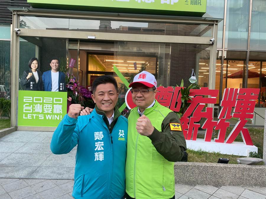 民進黨主席卓榮泰(右)3日南下新竹市輔選時表示,鄭宏輝的民調已呈現黃金交叉且持續向上攀升。(陳育賢攝)