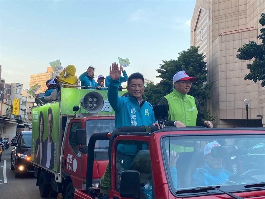 民進黨主席卓榮泰(右)3日再度南下新竹市輔選,陪同立委參選人鄭宏輝以車隊掃街拜票。(陳育賢攝)