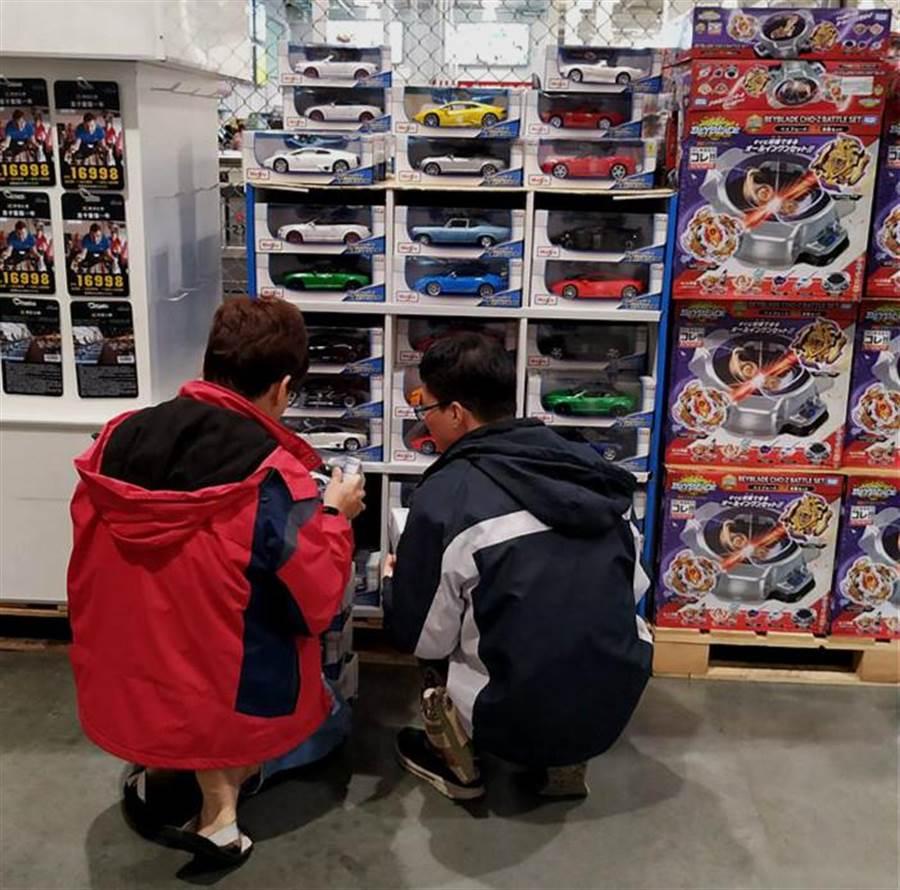 有網友透露,「 何止小孩禁止,連大人都該禁止!」並指出,其實家裡最愛逛玩具區的人,是爸爸。(男性也超愛逛模型汽車/摘自Costco好市多 商品經驗老實說)