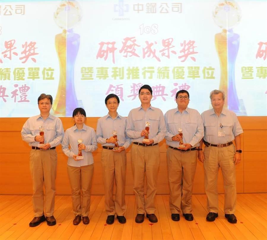 (中鋼董事長翁朝棟(右一)頒獎給研發成果獎得獎人員。圖/中鋼提供)