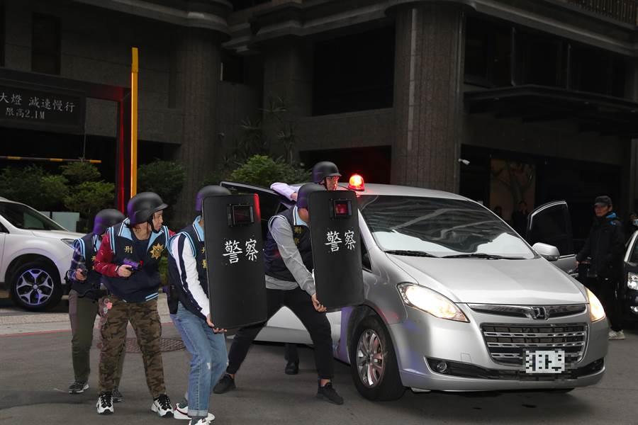 警方全副武裝進行演練。(新莊警分局提供/吳亮賢新北傳真)