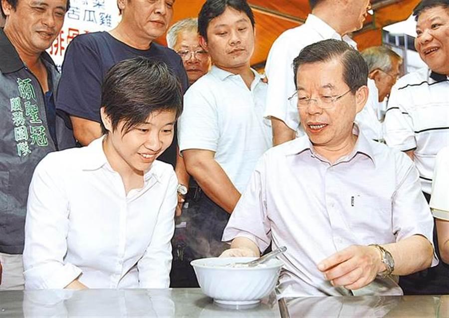 「卡神」楊蕙如(左)與謝長廷。(本報資料照片)
