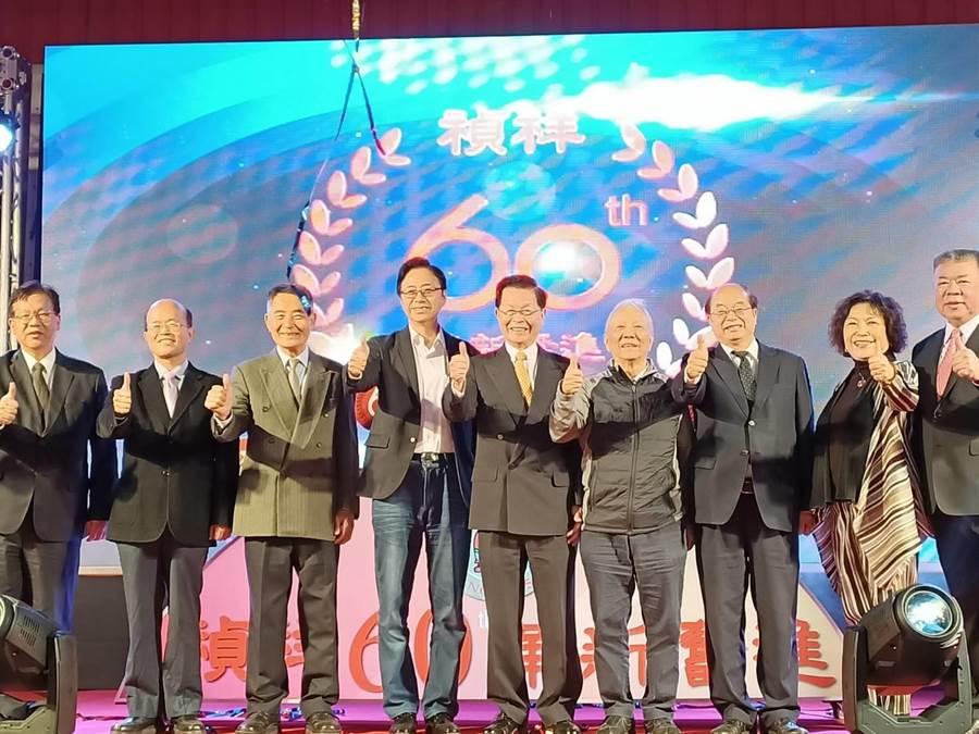 國民黨副總統參選人張善政(左四)3日下午參加嘉義縣朴子市禎祥食品工業公司的60周年慶祝餐會。(張毓翎攝)
