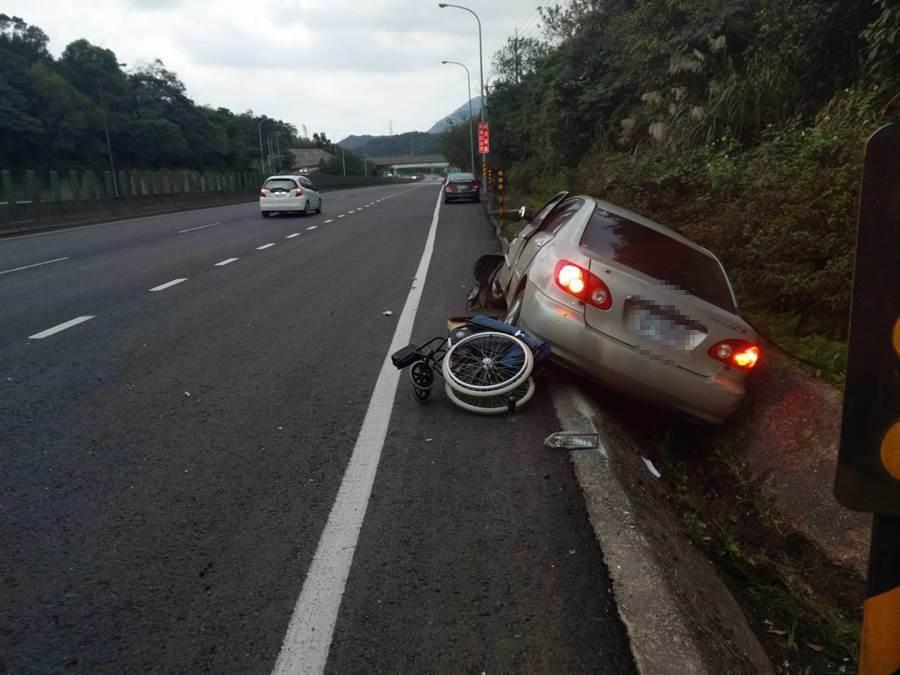 瑞芳1名黃姓女子,不明原因自己駛進路旁邊溝,車輪全破損。(瑞芳警方提供/許家寧基隆傳真)