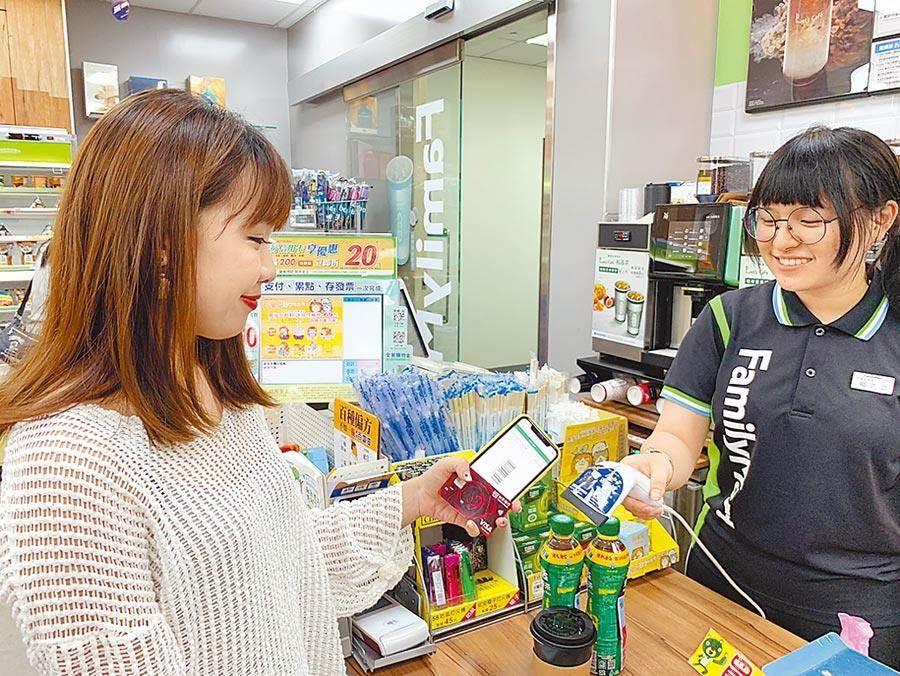 全家超商「因配合政府防制洗錢規定」不准店內刷卡繳費,引爆民怨。圖/業者提供