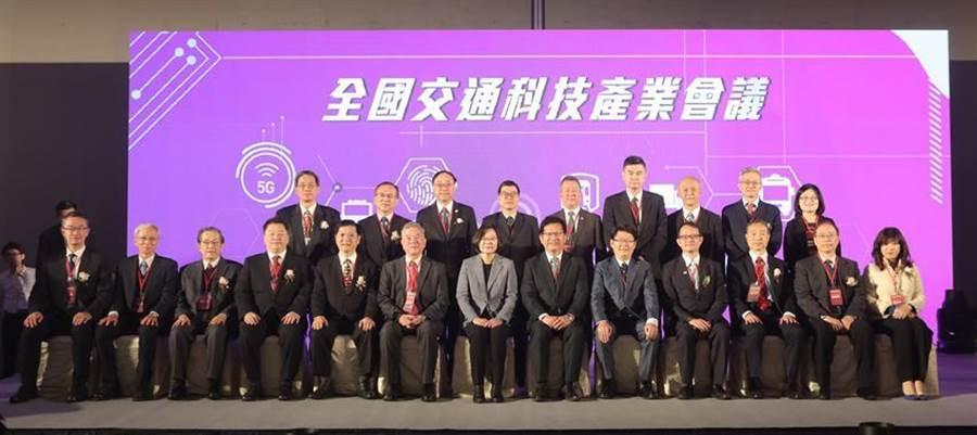 交通部今(3)日舉辦「全國交通科技產業會議」,總統蔡英文、交通部長林佳龍、經濟部長沈榮津均出席。圖/交通部提供