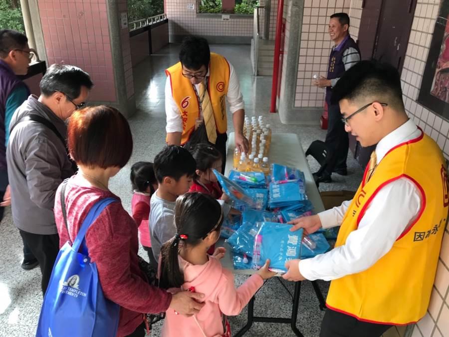 永慶房屋準備300份精美文具組,贈送給參與活動的小朋友。