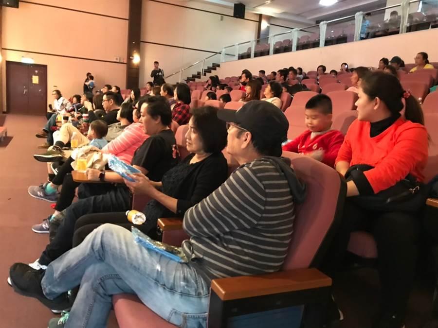 首場電影欣賞邀300名小朋友齊聚博愛國小演藝廳。