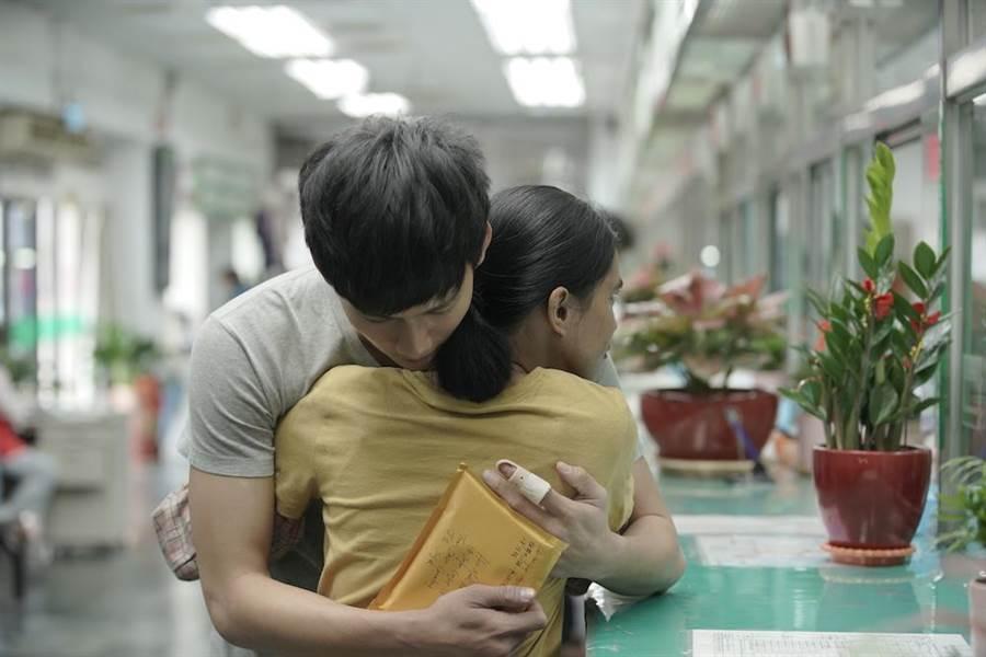吳念軒與女主萊拉「散場的擁抱」令片場劇組為之驚艷。(牽猴子提供)