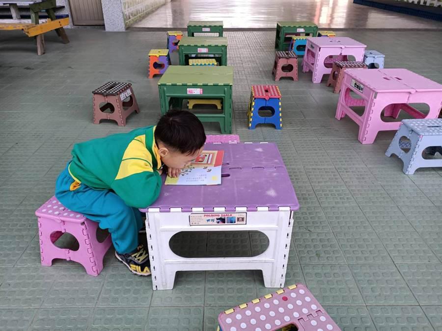 「行動圖書車」不僅提供書籍借閱,也有準備簡易桌椅給學童使用。(張毓翎攝)