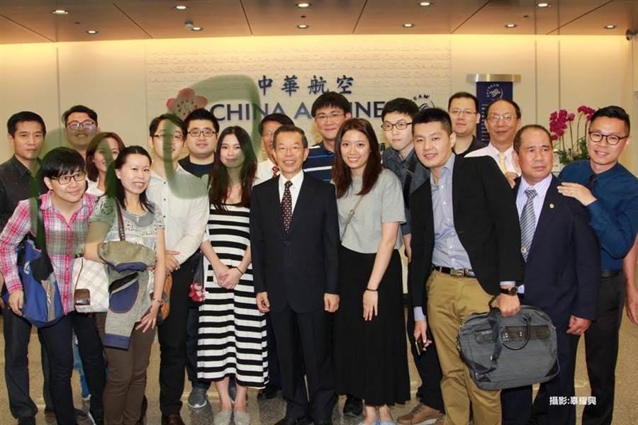 國民黨台北市議員游淑慧貼出多張照片,證明謝長廷與楊蕙如關係匪淺。(圖/擷自游淑慧fb)