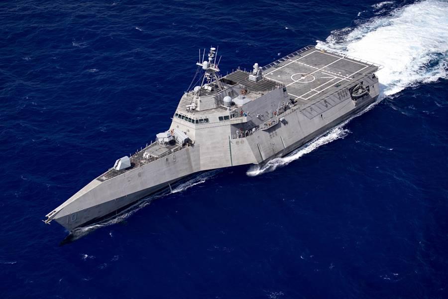 以科幻風著名的美獨立級瀕海戰艦,具有雷達隱形功能,其實際戰力與功能飽受爭議。(圖/美國海軍)