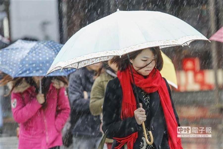 氣象局預報員指出,明(4)日起天氣轉濕冷。(資料照)