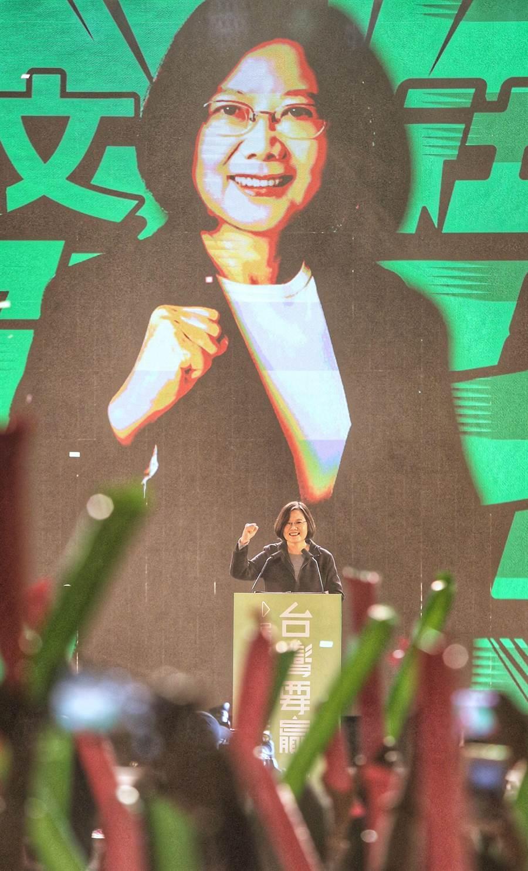 蔡英文總統3日舉辦「社群之夜-人蔘衝一波」社群之夜活動,蔡英文到場收到粉絲熱情歡迎,呼籲支持者1月11日出來投票,為台灣衝一波。(王英豪攝)