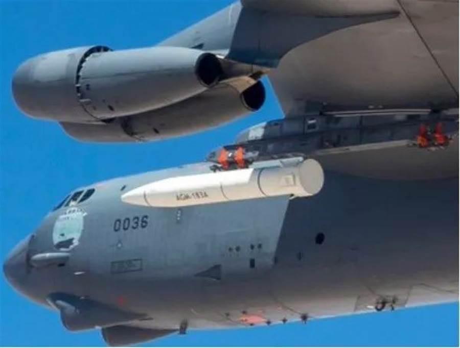 去年夏天美國空軍試射AGM-183A飛彈,外觀上看不出來是超高速武器,可能內部的滑翔體才是。(圖/美國空軍)