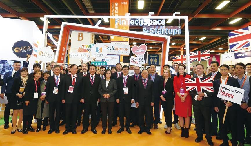 總統蔡英文出席台北金融科技展,並參觀金融科技創新園區FinTechSpace。圖/簡立宗