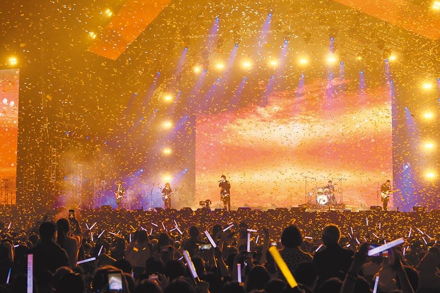 第一銀行歡慶120周年演唱會,由「亞洲搖滾天團」五月天壓軸演出,現場氣氛high到最高點。圖/第一銀行提供