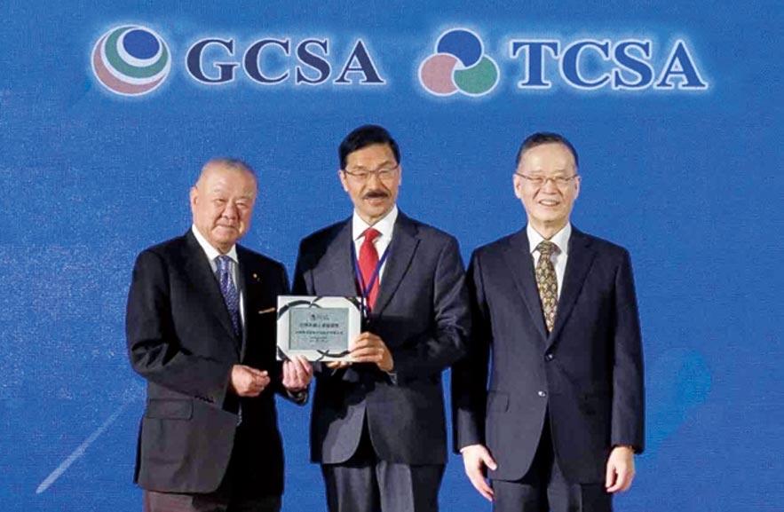 中華開發金控於2019台灣企業永續獎奪下「創新成長」、「社會共融」與「氣候領袖」等三大領域之單項績效獎。開發金控資深副總經理暨發言人張立荃(中)代表集團領獎。圖/業者提供