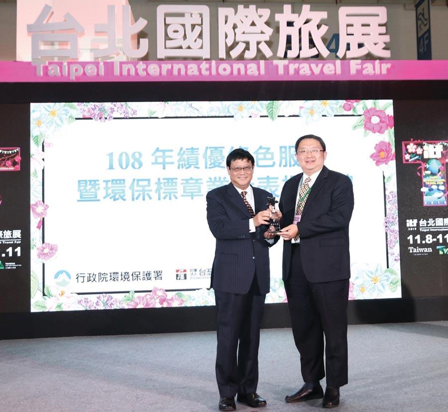 環保署長張子敬(左)親自頒獎給星漾商旅董事長陳盈瑞(右),表達政府支持,擴大推動我國綠色消費理念。圖/江富滿